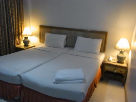 Rattana Mansion : ベッドは少しやらわかめですが特に問題なし