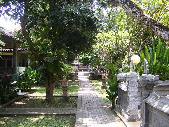 Suriwathi Beach Hotel: nice garden