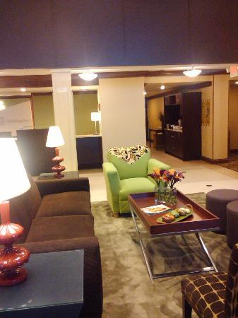 Holiday Inn Blytheville: Trendy and warm lobby deco