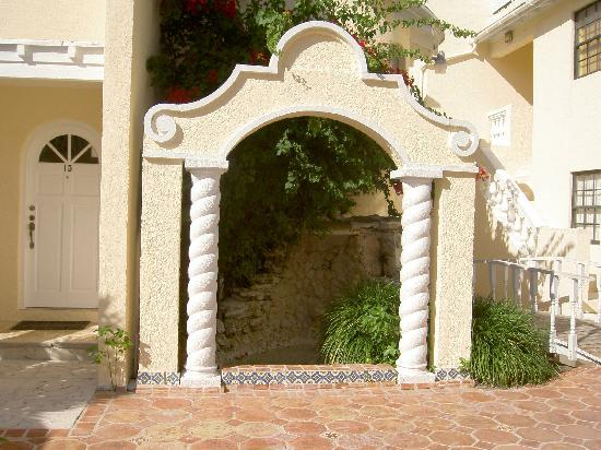 Sunrise Beach Clubs and Villas: Walkway Arch