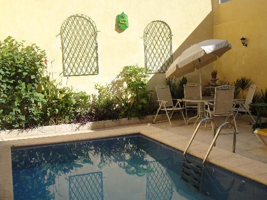 62 St. Guest House: La petite piscine bien rafraichissante