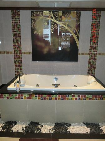 Baan Malinee Bed and Breakfast: Awesome jacuzzi tub in the Ranad suite