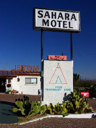 Benson, AZ: Entrance to the Sahara Motel