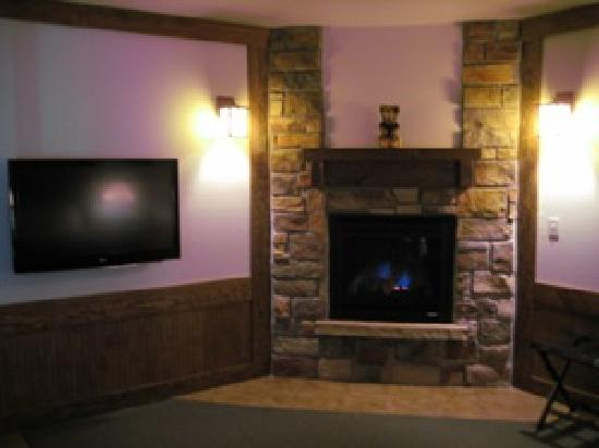 "The Haber Motel: 42"" Flat Screen TV and Fireplace"