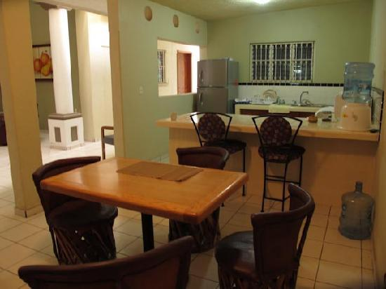 Hostal El Naranjo: Kitchen area