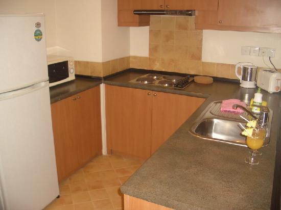 Himawari Hotel Apartments: kitchen