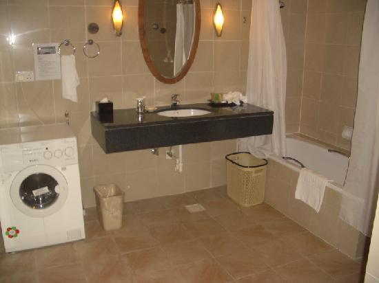 Himawari Hotel Apartments: second bathroom
