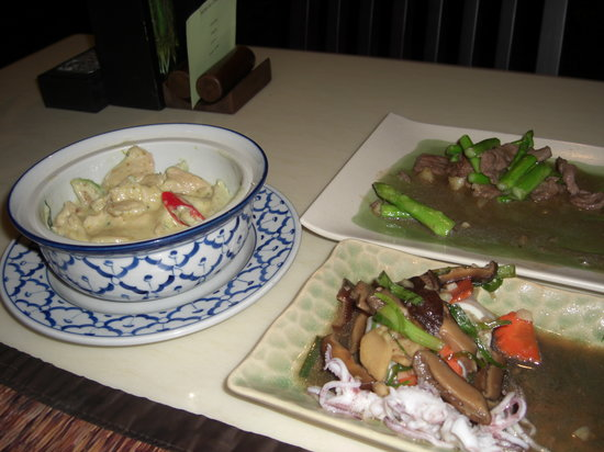 Nuch's Green Ta'lay Restaurant : Green Curry with chicken/ Stuffed Squid/ Stir fried duck with aspargus