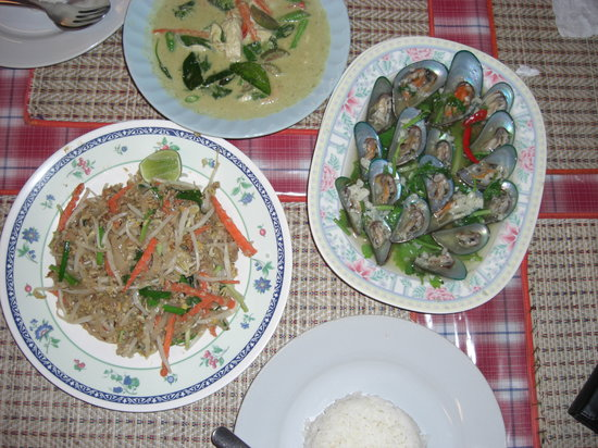 Sri Nuan: Green Curry with chicken, Seafood Pad Tai, Steamed Mussels, & Rice