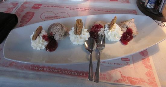 BerneliU Uzeiga: Rye icecream dessert with cranberry jam and whipped curd