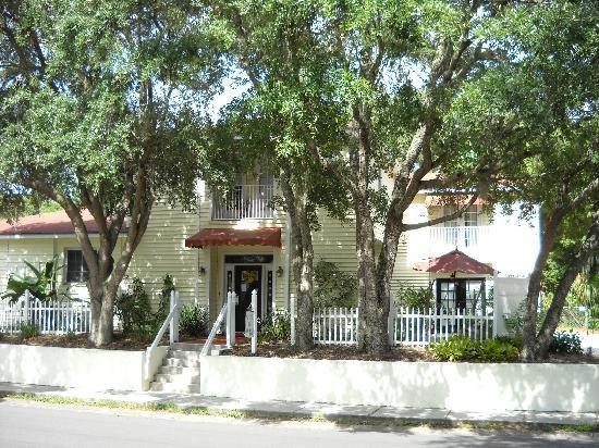 Ibis Bed & Breakfast: front entrance