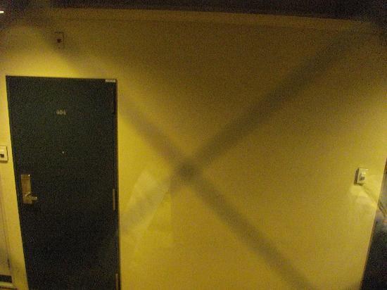 Toyoko Inn Nihonbashi Zeimusho-mae: カーテンを開けると隣が丸見え。