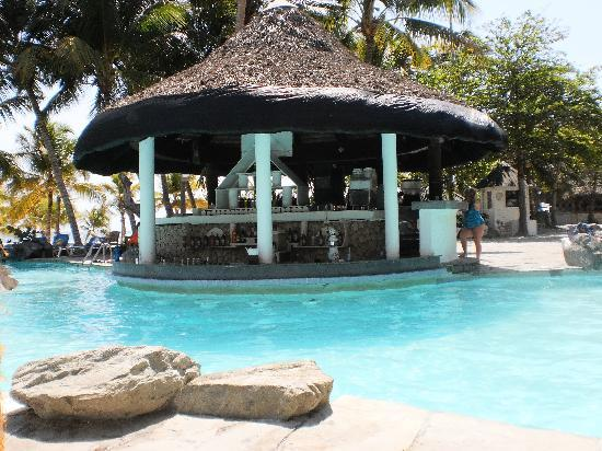 Coral Costa Caribe Resort & Spa: pool bar