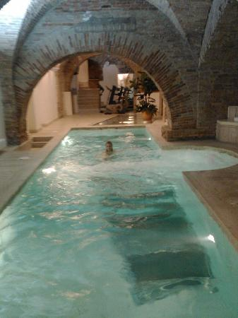 โรงแรมบรูฟานี พาเลซ: three levels underground - the pool with a glass floor overlooking 3,000-year-old Etruscan ruins