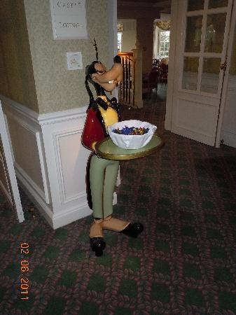 Goofy at the castle club lounge picture of disneyland for Chambre castle club disneyland hotel