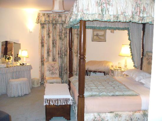 Cloth Hall Oast B&B: Our bedroom with the 4 poster bed