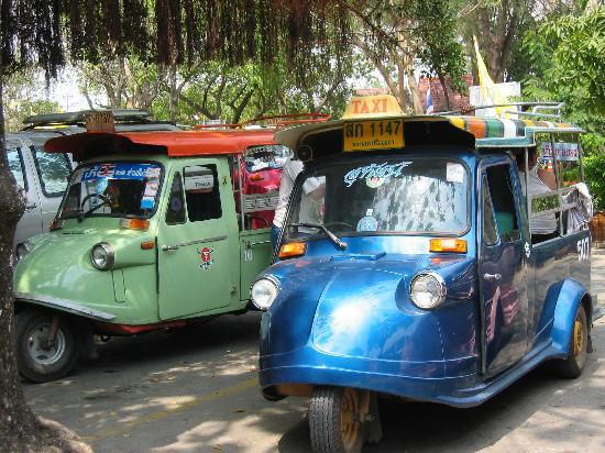 Ayutthaya, Tailandia: トゥクトゥクです。バンコクの方が派手派手です。アユタヤの方で走っているのは地味目、ただし金額交渉する所は一緒で、しっかり交渉しないとボラレます。それも旅の楽しみかと。