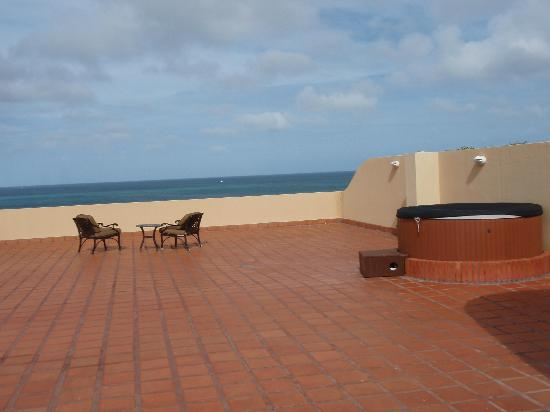 Oceania Deluxe Beachfront Resort: The roof deck