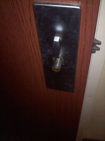 Quality Inn: Faulty Door Latch Room 306