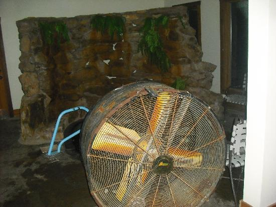 Loudonville, OH: the hot tub is hiding behind a huge nasty fan that is off.