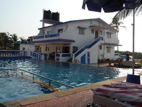 Empire Beach Resort Hotel : Poolen