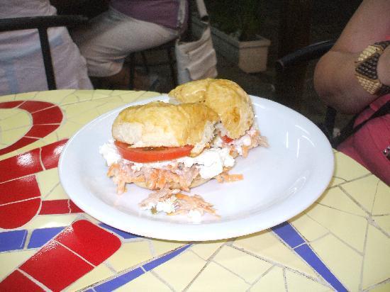 Sukao Bar : Pan de patata, atún,ricota, zanahoria y tomate