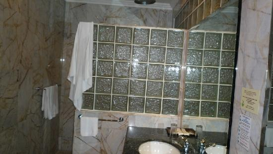 Copa Hotel Pattaya: Bathroom against the showerarea