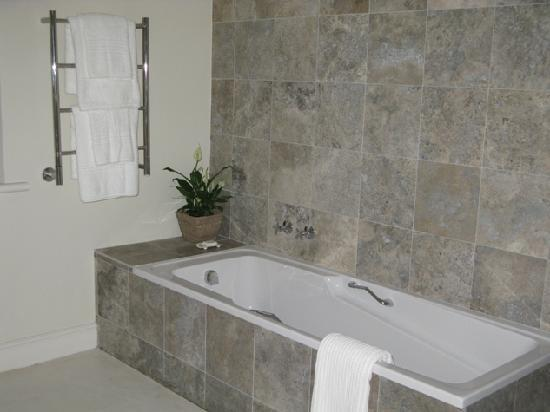 Maison d'Ail Guest House : Luxury room - shower and / or bath