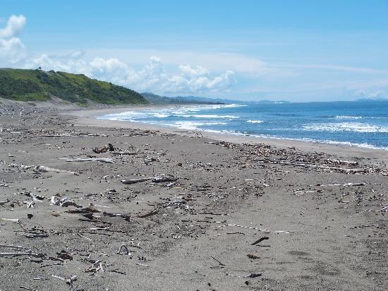 Sigatoka, Fiji: Beach at the bottom of the dunes
