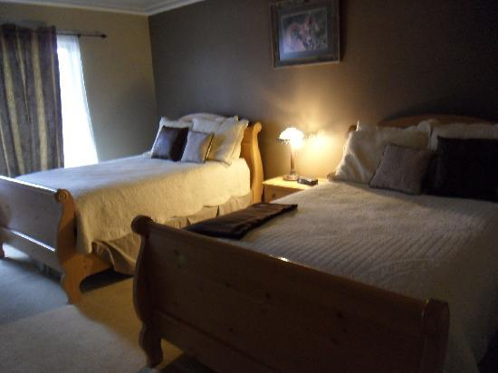 The Lodge at Fossil Rim: Twin bedrooms (on first floor)
