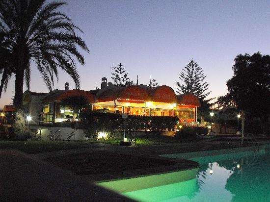 Cordial Biarritz Bungalows: Blick über Pool zur Restaurantterasse bei Nacht