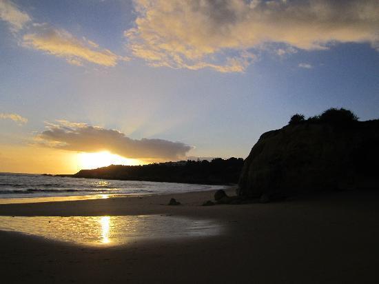 Areias Village Hotel-Apartamento: The beach at sunset.