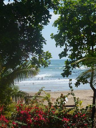 Esterillos Oeste, Kosta Rika: Looking at surf from upper room of hotel.