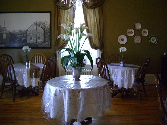 Davies House Bed and Breakfast: Breakfast parlour
