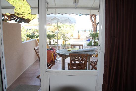 Hotel de la Plage : notre terrasse ,store,  parasol, relax, salon de jardin