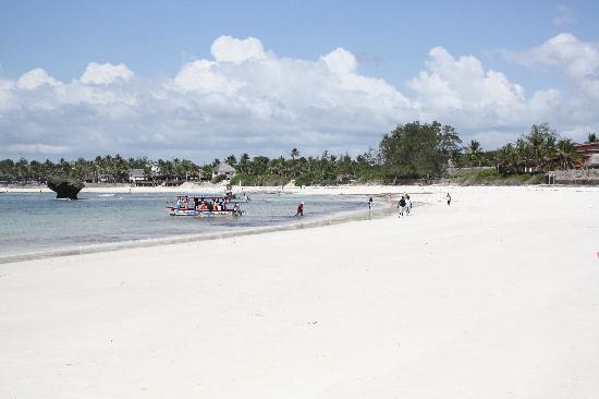Turtle Bay Beach Club: Watamu white sand beach.