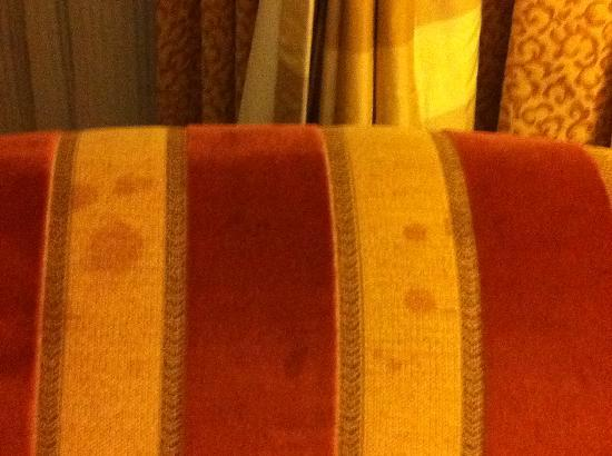 Hilton Newark Airport: Stains on Sofa