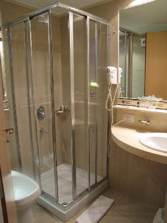 Foto de maran suites towers paran el ba o peque o pero bien equipado tripadvisor - Banos super pequenos ...