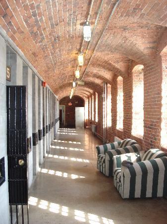 HI Ottawa Jail Hostel: Hallway