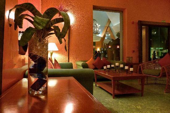 Iberostar Paraiso Lindo: Maya Restaurants sitting area