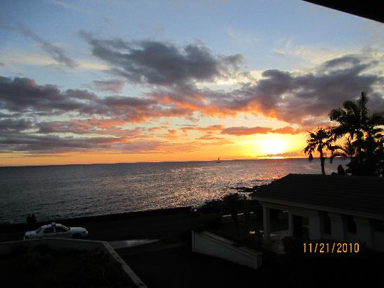 Alihi Lani Poipu Beach Oceanfront Condominiums: Sunset from the lanai