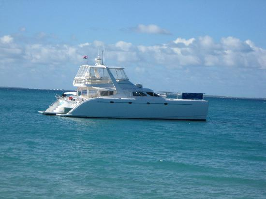 Private Yacht Charter SXM: The Boat Waiting for us while we eat lunch