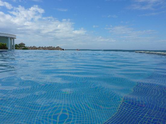 Iberostar Rose Hall Suites: Infinity pool.