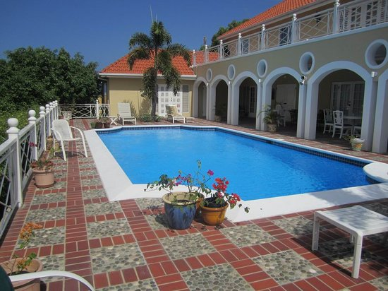 Polkerris Bed and Breakfast: The pool and eating area