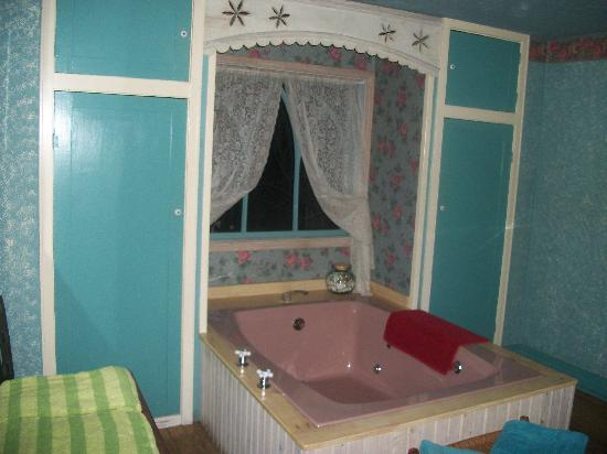 Enchanted Cottages: Bathtub in the bedroom