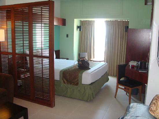 Microtel Inn & Suites by Wyndham Mall of Asia: Suite pic 2