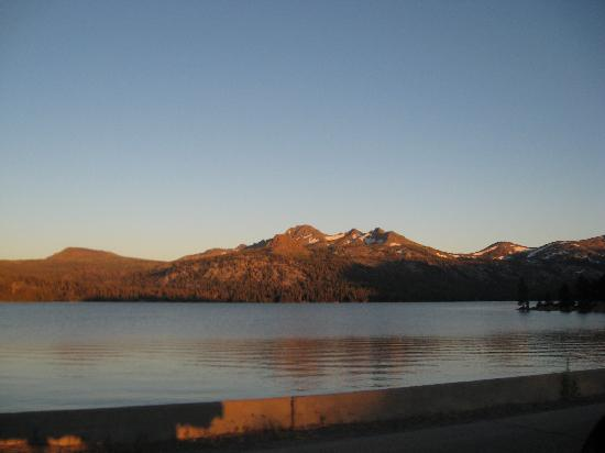 Caples Lake Resort: Sunset on the summer lake