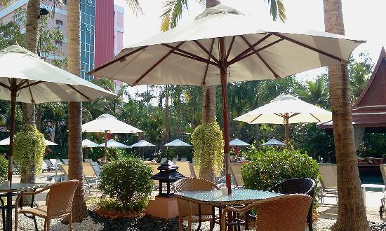 Mercure Pattaya Hotel: Breakfast at the poolside