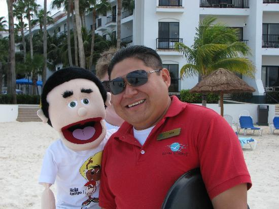 The Royal Cancun All Suites Resort: Eder, one of the great bartenders on the beach.