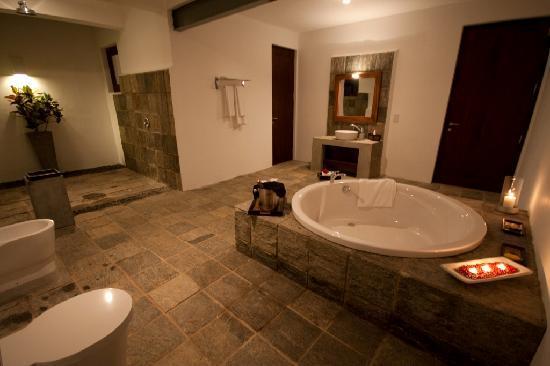 Buckingham Place: 'Thambapanni Sunset' Suite bathroom